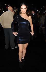 Jackie Seiden shined in a blue sequined single-sleeve dress for the 'New Year's Eve' premiere.