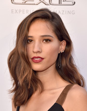 Kelsey Asbille showed off perfectly styled waves that she accessorized with earrings by Eva Fehren at the premiere of 'Wind River.'