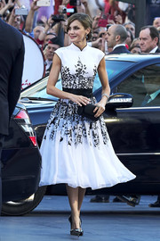 Queen Letizia of Spain perfected her look with a black tube clutch.