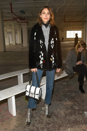 For her arm candy, Alexa Chung chose a black-and-white chain-strap bag.