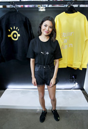 Miranda Cosgrove teamed her T-shirt with a pair of black jean shorts.