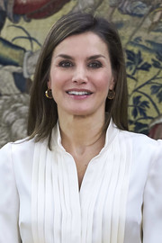 Queen Letizia of Spain accessorized with a chic pair of gold dangle earrings.