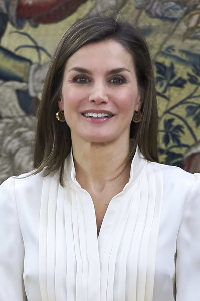 Queen Letizia of Spain Gold Dangle Earrings [letizia,audiences,audiences,hair,hairstyle,long hair,blond,smile,white-collar worker,brown hair,layered hair,spain,zarzuela palace,madrid]