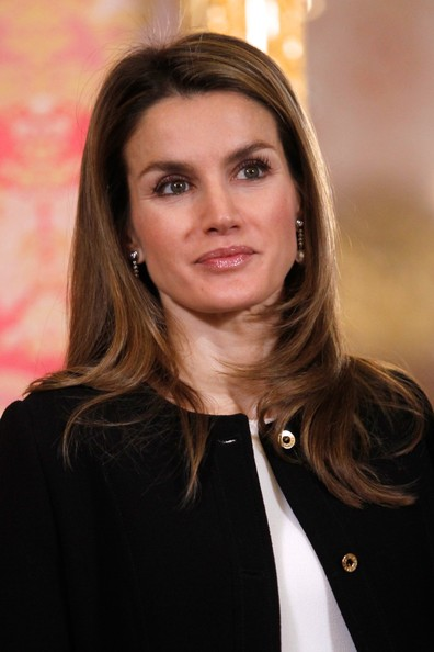 Queen Letizia of Spain Layered Cut [letizia,royals,fernando perez molina,president of guatemala,hair,hairstyle,blond,beauty,brown hair,long hair,layered hair,official,smile,spanish,spain,guatemalan,madrid,royal palace,reception]