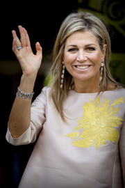 Queen Maxima paired her 'do with chic gemstone drop earrings.
