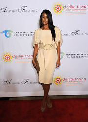 Gabrielle Union topped off her elegant look with light brown peep-toe pumps.