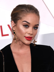For her beauty look, Jasmine Sanders paired matte red lipstick with neutral eye makeup.