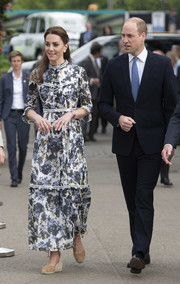 Kate Middleton paired her dress with beige espadrille wedges by Castaner.