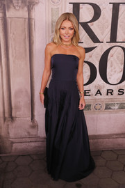 Kelly Ripa chose a classic strapless navy gown for the Ralph Lauren fashion show.