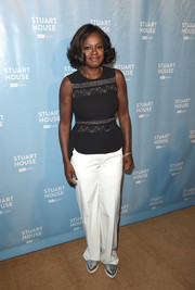 Viola Davis completed her outfit with a pair of baggy white pants.
