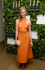 Karlie Kloss completed her fun, modern ensemble with a ribbed white hard-case clutch by Lee Savage.