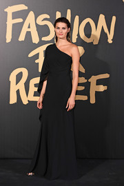 Isabeli Fontana was all about understated elegance in a black one-shoulder gown at the 2019 Fashion for Relief London.