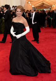 A pair of white full-sleeve gloves completed Katie Couric's grand attire.