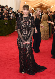 Amanda Peet exuded old-school elegance at the Met Gala in a long-sleeve black lace gown by Marc Jacobs.