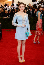 Elizabeth Olsen sealed off her look with a chic turquoise satin clutch by Miu Miu.