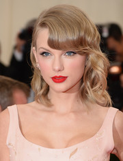 Taylor Swift topped off her look with a vibrant red lip color.
