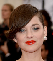 Marion Cotillard paired her retro 'do with a chunky diamond stud.