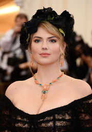 Kate Upton adorned her bare neckline with a colorful gemstone chandelier necklace.