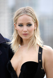 Jennifer Lawrence sported a casual straight hairstyle at the 'Red Sparrow' photocall.