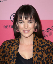 Elizabeth Henstridge sported a loose straight style with choppy bangs at the 29Rooms Los Angeles 2018.