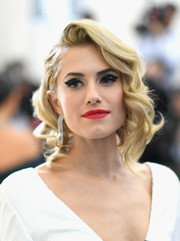 Allison Williams worked Old Hollywood-inspired curls at the 2017 Met Gala.