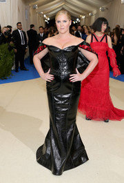 Amy Schumer brought some fetish glamour to the 2017 Met Gala with this shiny black off-the-shoulder gown by Zac Posen.