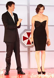 Milla mixed sexy with sweet in this bow-adorned bandage dress at the Japan premiere of 'Resident Evil: Retribution.'