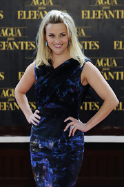 Reese Witherspoon styled her blond locks in a straight hairstyle and pinned back her bangs to frame her face.