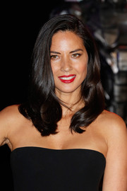 Olivia Munn wore a classic and oh-so-pretty wavy 'do at the 'Robocop' premiere in London.