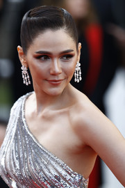 Araya Hargate polished off her look with a pair of diamond chandelier earrings by Chopard.