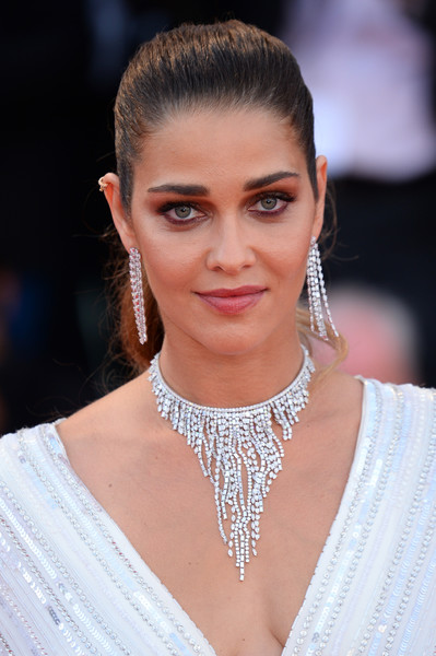 Ana Beatriz Barros added major glamour with a diamond chandelier necklace and matching earrings.