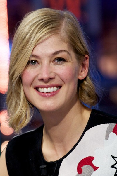 Rosamund Pike looked trendy with her asymmetrical waves while visiting 'El Hormiguero.'