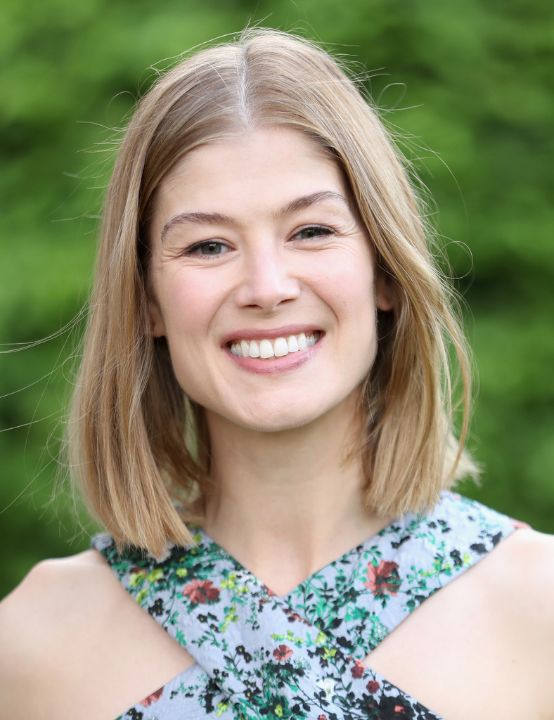 Rosamund Pike Mid Length Bob Newest Looks Stylebistro