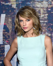 Taylor Swift looked very stylish with her textured waves and side-swept bangs at the SNL 40th anniversary celebration.