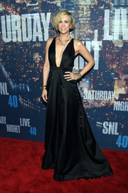 Kristen Wiig totally glammed it up in a floor-sweeping black Max Azria Atelier dress with a down-to-there neckline during the SNL 40th anniversary celebration.