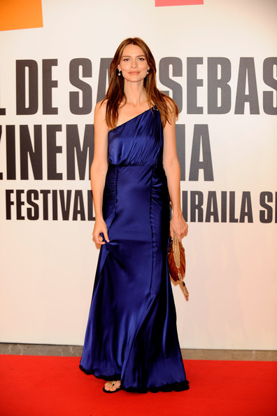 Saffron Burrows One Shoulder Dress [saffron burrows,san sebastian film festival: ``chloe premiere,chloe,dress,clothing,red carpet,shoulder,carpet,premiere,fashion model,fashion,cobalt blue,flooring,premiere,san sebastian international film festival,kursaal palace,san sebastian,spain]