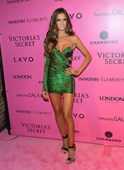 Izabel looked like a sexy mermaid at the Victoria's Secret Fashion Show after-party in this iridescent green number.