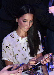 Olivia Munn showed off her perfectly manicured nails while checking out the new Samsung Galaxy S6.