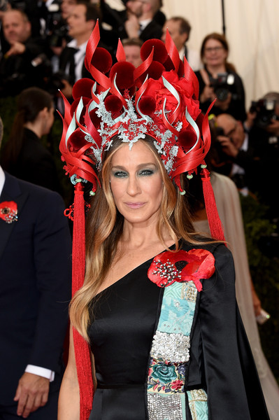 Sarah Jessica Parker Decorative Hat [through the looking glass,beauty,red,fashion,hair accessory,headpiece,fashion accessory,crown,event,headgear,tradition,arrivals,sarah jessica parker,china,new york city,metropolitan museum of art,costume institute benefit gala]