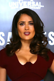 Salma's shoulder-sweeping curls were flawless at the 'Savages' photocall.