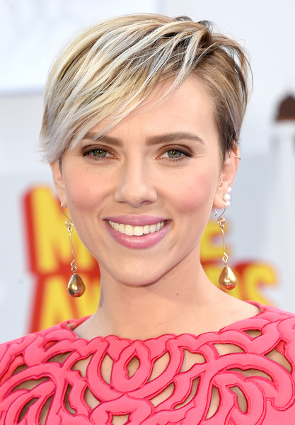 Actress scarlett johansson attends the 2015 mtv movie awards at nokia