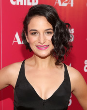 Jenny Slate finished off her look with a fuchsia lip.