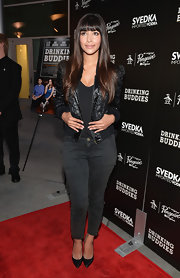 Hannah Simone kept it casual and cool on the red carpet when she wore this black leather bomber jacket.