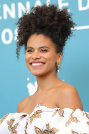 Zazie Beetz accessorized with a pair of gold and pearl drop earrings.