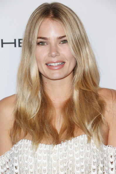 Tori Praver wore her hair down with a center part and just a hint of a wave when she attended the Baby2Baby Gala.