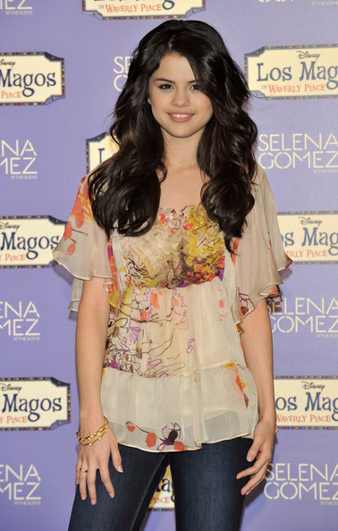 selena gomez new haircut. selena gomez new hair curly.