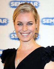 Rebecca Romijn wore a super shiny and shimmering champagne lip color at the opening night of 'Seminar' on Broadway.