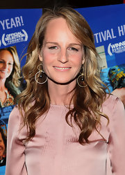 Helen Hunt's dangling hoop earrings were a geometric contrast to her silky pink blouse.