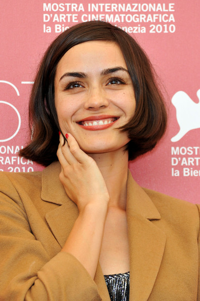 Shannyn Sossamon Bob [hair,face,hairstyle,eyebrow,skin,beauty,chin,lip,long hair,smile,shannyn sossamon,photocall,road to nowhere - photocall:67th venice film festival,road to nowhere,venice,italy,palazzo del casino,67th venice film festival]
