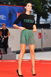 Isabeli Fontana finished off her ensemble with simple black pumps by Manolo Blahnik.